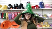 donzela : girl posing for the camera in elf hat in the Christmas Stock Footage
