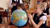 charakter : Kinder in Uniform zur Lektion der Geographie Videos