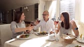 salata : Friends have dinner in a restaurant and drink wine Stok Video