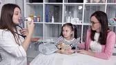 miś : The doctor shows the mother and child how to properly use the inhaler, breathing mask Wideo