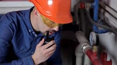 zawór : Technician inspecting heating system in boiler room
