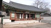 Seoul, Korea - 9 december 2015: Geomseocheong in Changdeokgung paleis. Changdeokgung is een paleis gebouwd als een secundair paleis van de Joseon-dynastie in 1405, tijdens het bewind van koning Taejong. Stockvideo