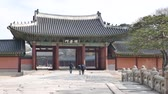 Seoul, Korea - 9 december 2015: Geumcheongyo bridge en Jindeonmun gate in Changdeokgung. Changdeokgung is een paleis gebouwd als een secundair paleis van de Joseon-dynastie in 1405.