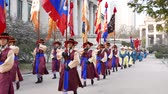 askerler : Seoul, Korea - December 9, 2015: Changing of the guards ceremony of Deoksugung. Deoksugung is a palace located in the center of Seoul city and served as the main palace of the Great Han Empire. Stok Video