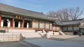 Seoul, Korea - 9 december 2015: Daejojeon in Changdeokgung. Changdeokgung is een paleis gebouwd als een secundair paleis van de Joseon-dynastie in 1405, tijdens het bewind van koning Taejong. Stockvideo