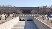 tarihi : Seoul, Korea - December 28, 2015: Yeongjegyo bridge in Gyeongbokgung. Gyeongbokgung palace was the main palace of the Joseon dynasty, located in northern Seoul. Stok Video