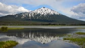 flexionar : Reflection of Mount Bachelor in Sparks Lake near Bend in central Oregon