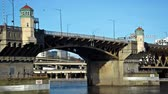 旅游 : View of Burnside Bridge in Portland, Oregon with the camera zooming out 影像素材