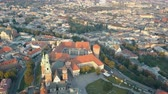 gotic : Aerial view of Royal Wawel Cathedral and castle in Krakow, Poland, with Vistula river, park, yard and tourists at sunset. Old city in the background Stockvideo