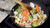 plântula : Fresh mixed vegetable Asian stir fry including carrots, sprouts, onions, snow peas and fresh peppers simmering in a sauce pan.