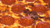 queijo cheddar : Close up of a freshly baked pizza with delicious pepperoni, cheese, and marinara sauce ready to eat.