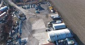 likvidace : Junkyard Wrecking Yard Fly Over With Raw Materials Aerial View Dostupné videozáznamy