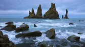 islândia : White nights view of Reynisdrangar cliffs in the Atlantic ocean. South Iceland, Vic village location, Europe. Full HD video (High Definition).