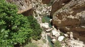 parede : Throat Canyon Caminito del Rey 15 Jib Crane Down Soft fall in the throat of two ravines in front of the turquoise river Vídeos