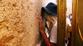 judaico : Jerusalem Israel June 18, 2018 view of a woman praying at the Western Wall in the morning