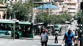 bonde : Jerusalem Israel June 20, 2018 View of the tramway of Jerusalem and unknown people walking in Jaffa street in the morning