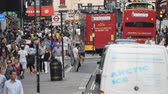 Лондон : LONDON? JULY 2015: Tourists and traffic along city streets. London attracts 30 million people annually