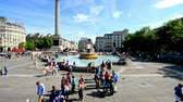Лондон : LONDON - JUNE 2015: Tourists visit Trafalgar Square in London, time accelerated view. One of the most popular tourist attraction on Earth it has blackberries than fifteen million visitors a year