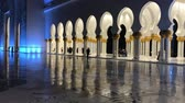 mroczne : ABU DHABI, UAE - DECEMBER 2016: Sheikh Zayed Mosque interior at night. Abu Dhabi attracts 10 million people annually Wideo