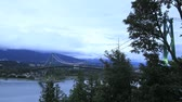 к северу : Lions Gate Bridge with Moving Clouds and Traffic Time Lapse 1920x1080