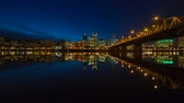 к северу : Time Lapse Movie of Downtown City Skyline of Portland Oregon Zooming Out on Willamette River with Hawthorne Bridge and Blue Hour Water Reflection at Night 1920x1080
