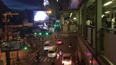 tajlandia : Bangkok, Thailand - 20 October 2016: People are traveling on the elevated sky walk and down the road to avoid traffic jam on Asoke junction.
