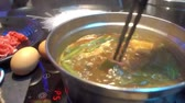 Kochende Tom Yum Suppe im Sukiyaki Hot Pot