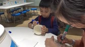 farba : Children painting color on to a Cup noodles