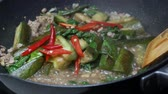 manjericão : put red bell pepper into  the black pan  for  stir fried  herbla sweet basil leaves, green sliced piece eggplants , minced pork , sliced garlic, chili shrimp paste and food palm oil  together