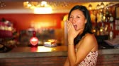 szája nyitva : asian girl suprise at bar with facial expression