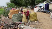 reciclagem : Garbage gatherers assorting trashes in slums Vídeos