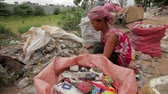 coletor : Garbage gatherers assorting trashes in slums Vídeos