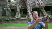 piekne : visitor taking picture bizarre nature of preah khan temple, angkor Wideo