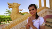 saudação : Asian Girl Greets in temple traditional way with both hands Stock Footage