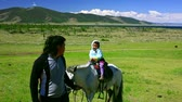 spor : Father and young daughter in Mongolian landscape