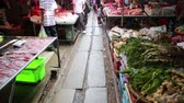 旅遊 : KANCHANABURI, THAILAND - FEBRUARY 2014: People passing through folding umbrella market