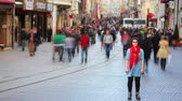 movimentar se : Young woman posing, busy street, people walking around, 4K, wide angle view