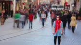 movimentar se : Young woman posing, busy street, people walking around, HD, zoom out