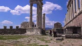 akropol : Bergama, Turkey - April 21, 2018: Tourists visit the ruins of the ancient city of Pergamon, the famous museum