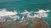 barışçı : Aerial flight above, turquoise ocean, with the texture of foam on the waves Stok Video