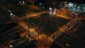 semaforo peatonal : Crossroad with gas station night low city traffic. 4K aerial video. Archivo de Video