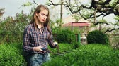 jaro : Gardening. The company of young people working in the garden. Series Dostupné videozáznamy