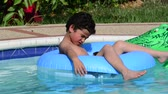 spor : Child in a swimming pool. Vacation.