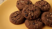 испечь : Chocolate cookies on a yellow plate