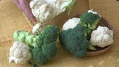 yeşil arka plan : Fresh organic cauliflower and broccoli Stok Video