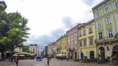 godo : LVIV, UKRAINE - MAY 18, 2018: Market Square - the central square of Lviv city, Ukraine. Historical and tourist centre. Popular tourists atraction. Time Lapse Vídeos
