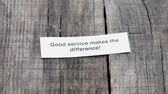 dovednost : A Good Service makes the difference  paper sign on wood background