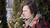 saksofon : saxophonist plays the saxophone, in winter