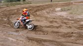 courses de chevaux : June 10, 2018 Russian Federation, Bryansk region, Ivot - Extreme sports, cross motocross. The motorcyclist enters the turn on the race track. Dirt is flying from under the wheels. The machine overcomes obstacles. Athletes fly through the air. Childrens sp
