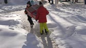段ボール : Happy kids carry a large cardboard box with a parcel.